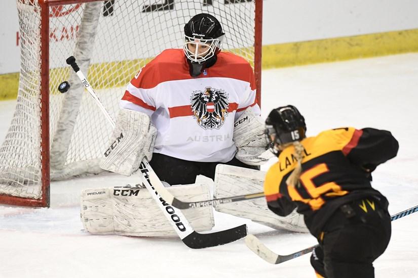 http://w-groupd.pyeongchang2018.iihf.hockey/media/1442968/GER-AUS-1.jpg?height=550&width=750